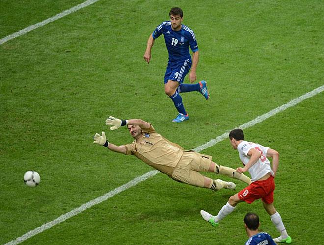 Lewandowski aprovech� un gran env�o de Piszczek desde la derecha para adelantar a Polonia e inaugurar el casillero de esta Eurocopa.