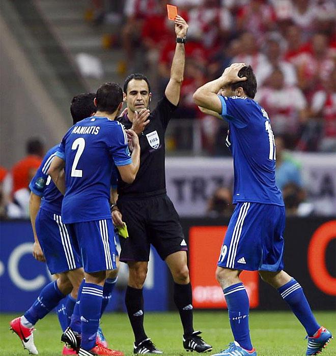 Velasco Carballo perjudic� a Grecia con la expulsi�n de Papastathopoulos y ech� una mano a Polonia en el partido inaugural.