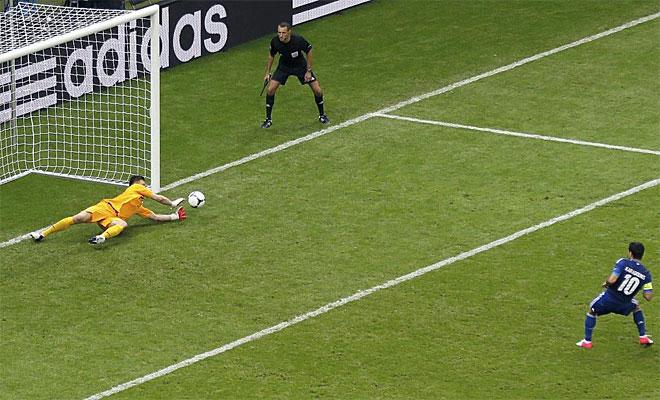 El meta polaco sali� tras la expulsi�n de Szczesny y evit� que Karagounis pusiera por delante a Grecia desde los once metros.