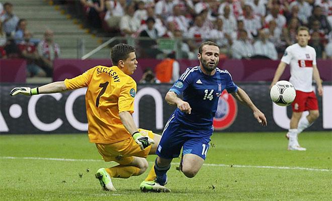 Salpingidis revolucion� el partido con su entrada y, tras marcar el empate, provoc� la expulsi�n de Szczesny y el penalti que podr�a haber dado el triunfo a Grecia.