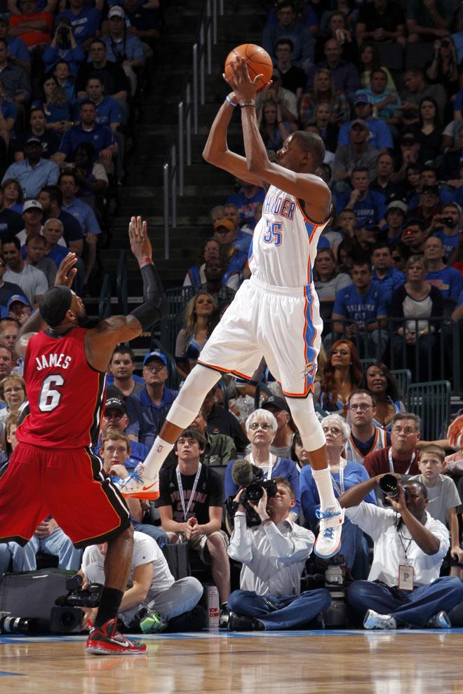 La rivalidad entre la estrella de los Heat y la de los Thunder promete alcanzar cotas de leyenda. El MVP de la liga (James) se mide al m�ximo anotador (Durant).