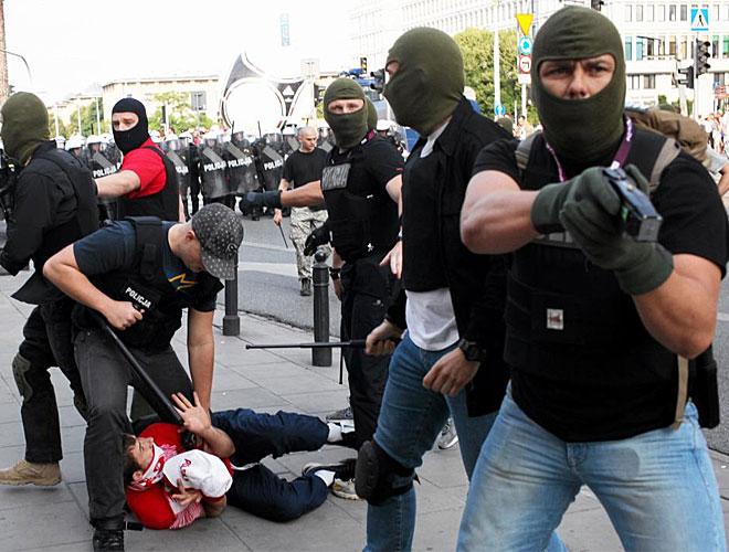 Las fuerzas de seguridad polacas no se cortaron para acabar con los incidentes produciodos en Varsovia.