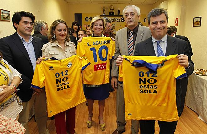 La presidenta de la Comunidad de Madrid, Esperanza Aguirre, apoy� al Alcorc�n en el partido de ida de la final por el ascenso contra el Valladolid.