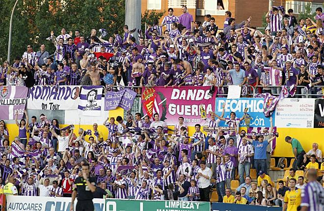 Alrededor de 400 aficionados del Valladolid estuvieron en las gradas de Santo Domingo apoyando a su equipo.