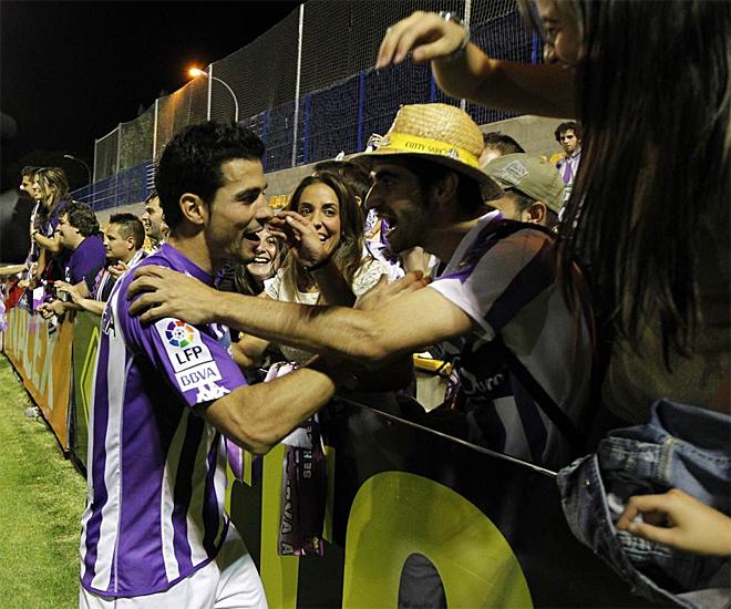 Javi Guerra recibi� las felicitaciones de aficionados del Valladolid al final del partido.
