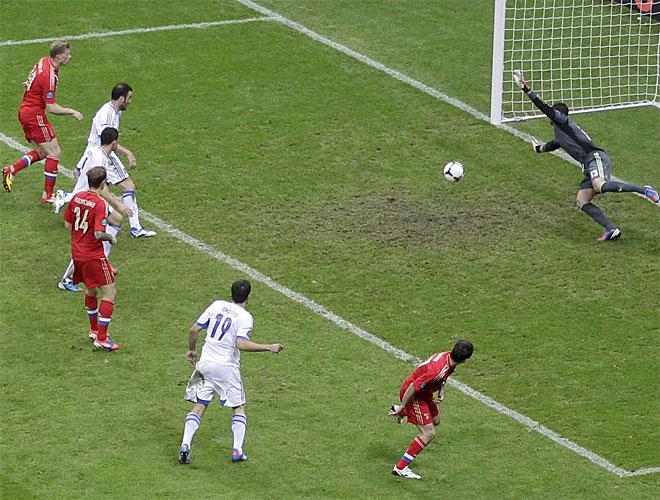 El máximo goleador ruso cabeceó ligeramente desviado un centro de Arshavin en el último suspiro.