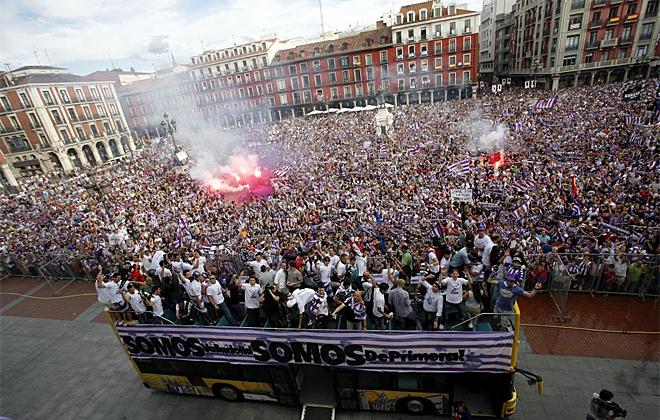 La llegada del autob�s con los jugadores del Valladolid a la Plaza Mayor fue el momento �lgido de la celebraci�n.