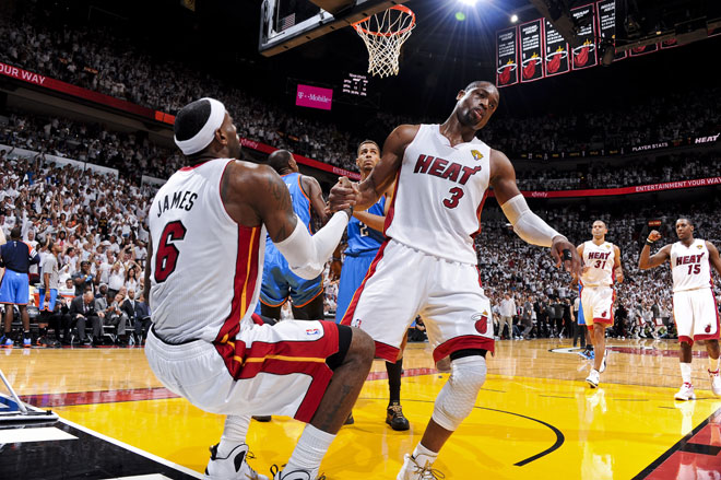 Dwyane Wade y LeBron James durante el tercer partido de las Finales NBA que sus Heat ganaron a los Thunder.