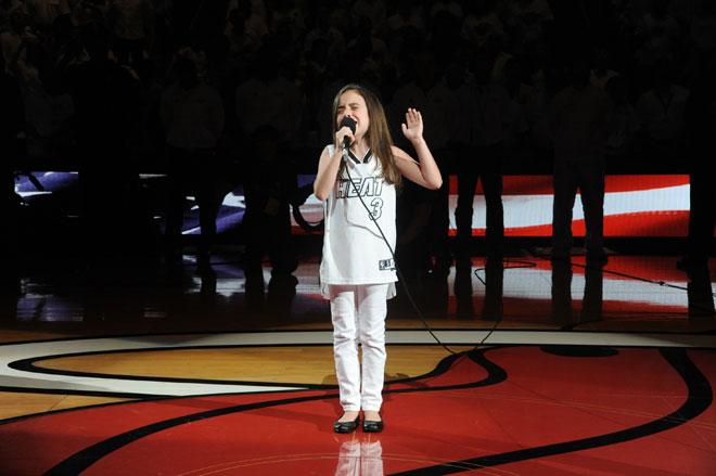La joven cantante Julia Dale fue la encargada de interpretar el himno de Estados Unidos en los proleg�menos del tercer partido de las Finales NBA entre Heat y Thunder.
