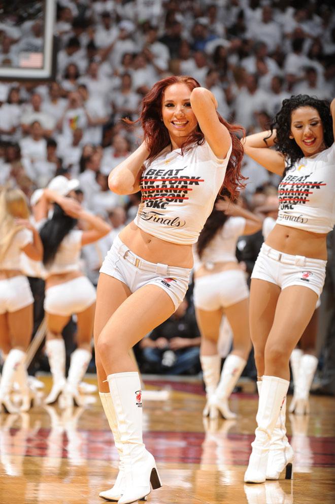 Las cheerleraders de los Heat se encargaron de caldear el ambiente para que el p�blico no parase de animar a su equipo durante el tercer partido de las Finales NBA contra los Thunder.