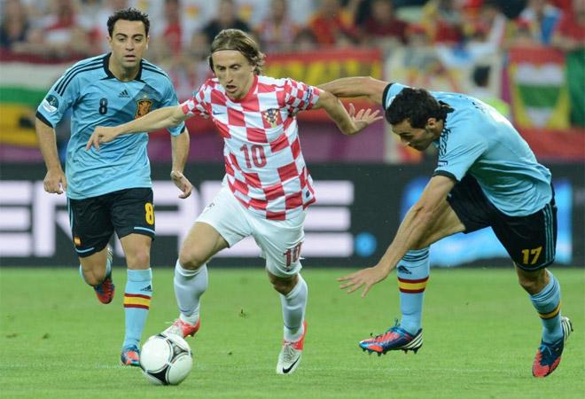 El 10, el mejor futbolista de los croatas, jug� m�s adelantado que en el resto de Eurocopa, de enganche del punta.