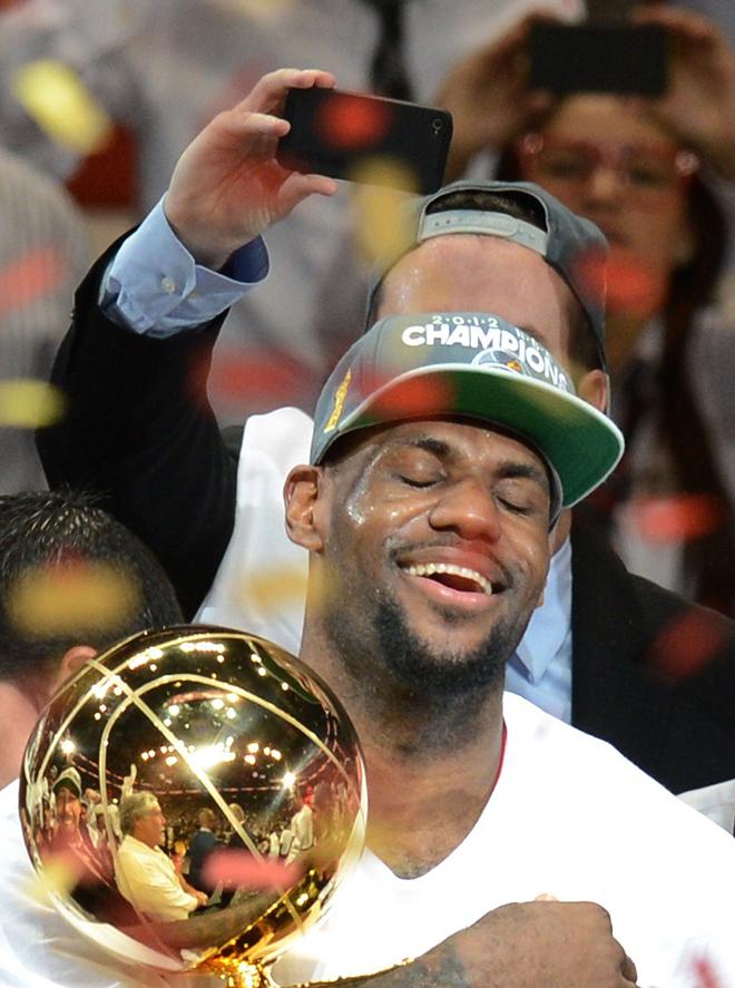LeBron James suspir� cuando, por fin, tuvo entre sus manos el trofeo como ganador de la NBA. El alero, con el que se cebaron las cr�ticas tras lo ocurrido la temporada pasada, por fin pudo respirar aliviado.