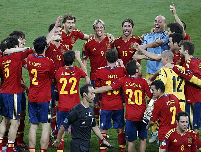 M�ltiples festejos sobre el terreno de juego tras la final.