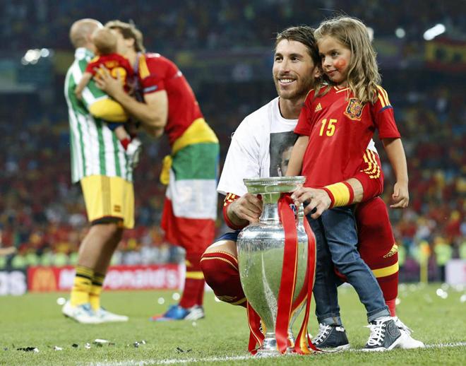 Los jugadores de la selecci�n celebraron la Eurocopa con sus esposas, hijos, novias, padres o amigos en el mismo escenario del partido nada m�s acabar.