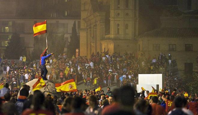 Los zaragozanos prolongaron la celebraci�n en la plaza de El Pilar.