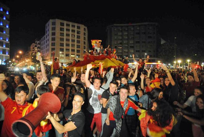 La plaza Moyua se llen� de hinchas y banderas de Espa�a.
