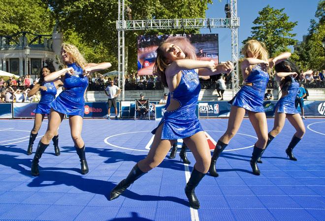 El Muelle del Arenal de Bilbao ha vivido el fin de semana del 15 y 16 de septiembre toda la emoci�n de la NBA. El jugador de los Hornets Eric Gordon y el 'dance team' de los Magic han hecho las delicias de miles de aficionados.
