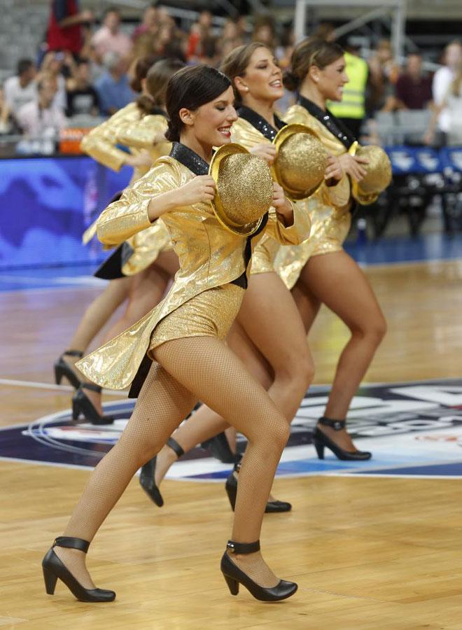 Las 'cheerleaders' de los Dallas Mavericks conquistaron Barcelona con sus bailes y simpat�a.