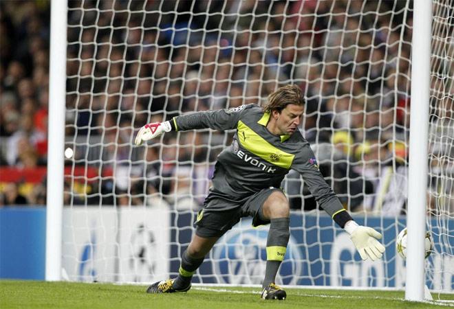 El guardameta alemán no pudo evitar el 2-2. La falta iba bien tocada por Özil, pero algunos pueden pensar, con razón, que el portero pudo hacer más.