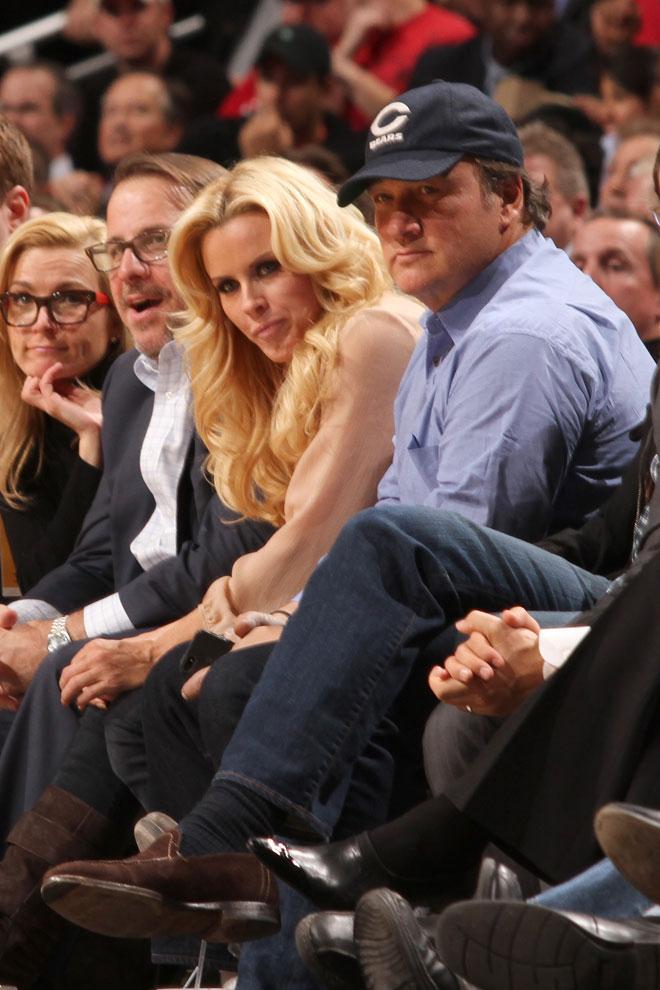 La actriz, Playmate del Año y modelo Jenny McCarthy y el actor Jim Belushi disfrutaron a pie de pista del partido que enfrentó en Chicago a Bulls y Bucks.