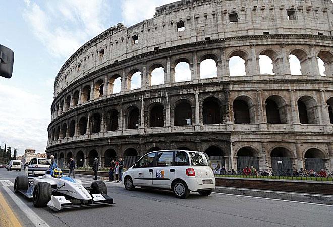 El piloto de pruebas de Pirelli, Lucas Di Grassi, pilotando un prototipo de coche eléctrico, el Formulec, de la futura Fórmula E, frente al Coliseo.