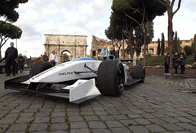 El piloto de pruebas de Pirelli, Lucas Di Grassi, pilotando un prototipo de coche eléctrico, el Formulec, de la futura Fórmula E, frente al Arco de Constantino.