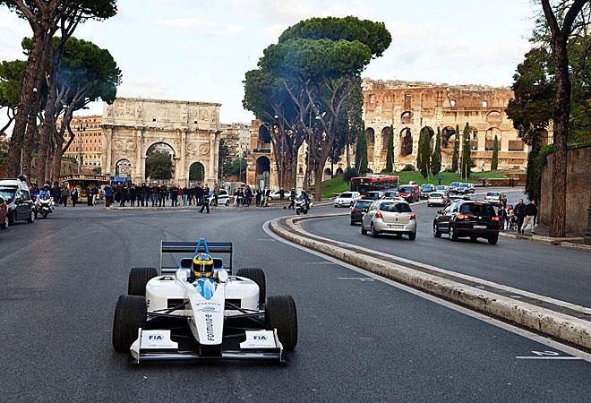 El piloto de pruebas de Pirelli, Lucas Di Grassi, pilotando un prototipo de coche eléctrico, el Formulec, de la futura Fórmula E, por la avenida de los Foros Imperiales, en Roma.