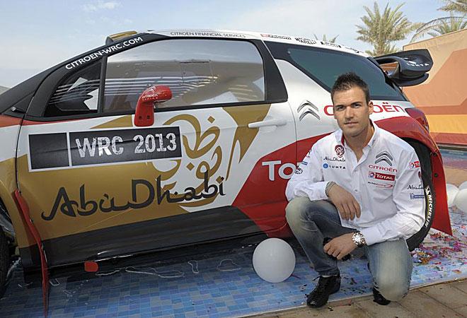 Dani Sordo psa con el coche con el que competirá en el Mundial de rallies en 2013