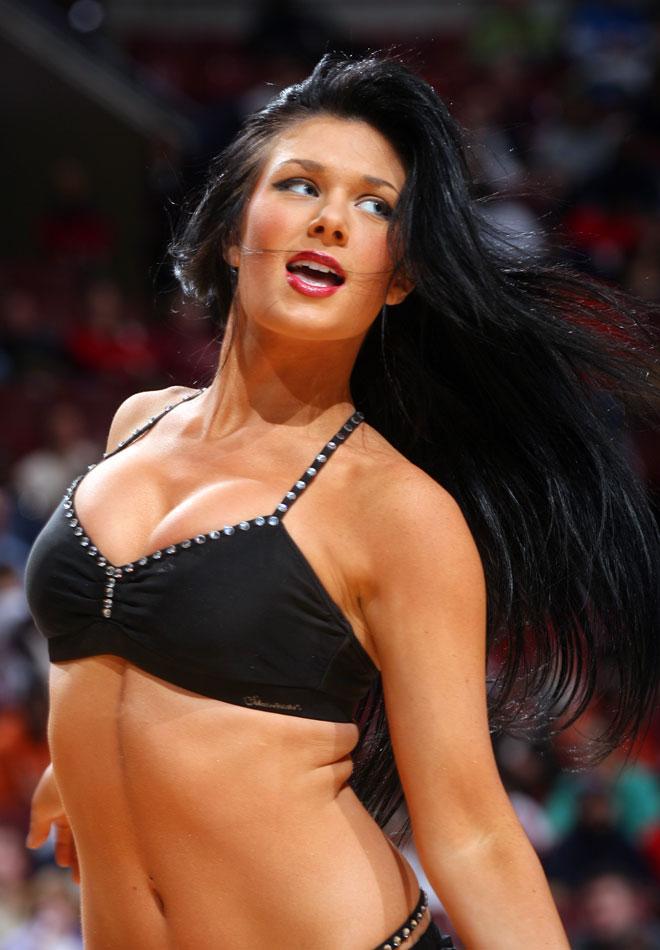 En la NBA el espectáculo no sólo lo ponen los jugadores, también las cheerleaders que animan al público durante los parones de los partidos.