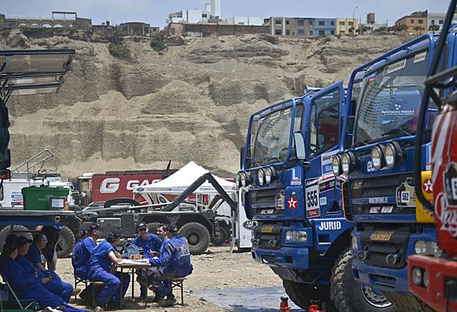 Mecánicos descansan después de trabajar en el camión DAF del equipo holandés.