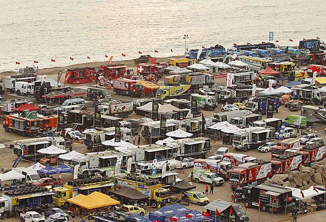 Vista aérea del parking cerrado del Dakar sobre la playa peruana de la Magdalena.