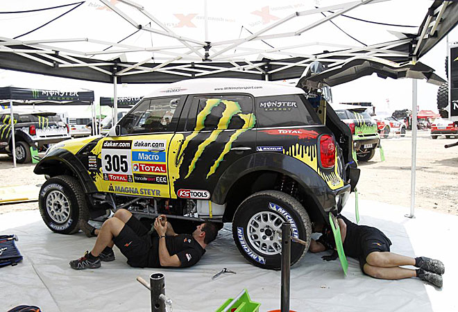 Mecánicos revisan el Mini del español Nani Roma.