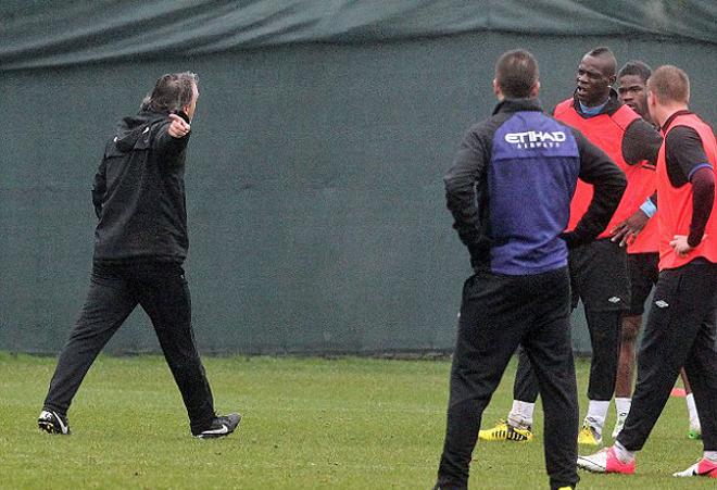 Balotelli se ejercita sin muchas ganas con el resto de no habituales. Mancini le indica que se marche a los vestuarios.