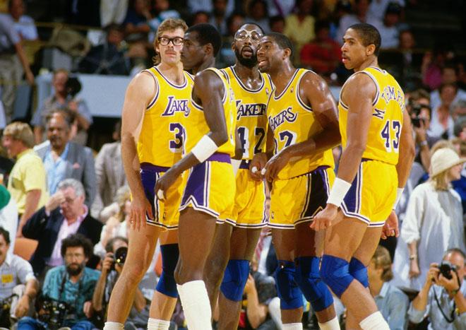 Kurt Rambis, Michael Cooper, James Worthy, Magic Johnson y Mychale Thompson con los m�ticos Lakers del Show Time jugando un partido en 1987.
