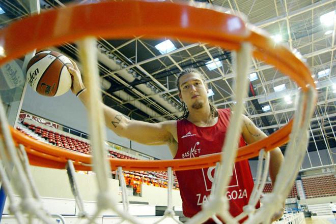 En 2004 Marca.com (Borja 'Hispano' Fern�ndez, 'il gladiatore' espa�ol en Italia) y el especial 3,05 (El Gladiador del CAI) contaron la historia de Borja Fern�ndez, una promesa del baloncesto (en 2000 con 18 a�os debut� en la ACB con el Joventut y lleg� a ser internacional sub'20 con Espa�a) que aconsejado por Valero Rivera colg� las botas de basket para convertirse en jugador de balonmano profesional (actualmente milita en el Nantes de Jorge Maqueda, Alberto Entrerrios y Valero Rivera Jr.). Borja fue el primer 'Hispano'.
