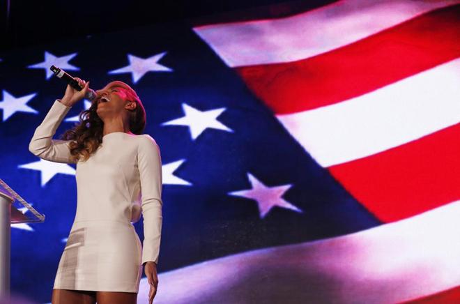 La célebre Beyonce, esposa del copropietario de los Nets Jay Z y fiel seguidora del equipo de Brooklyn, presentó a lo grande la XLVII Super Bowl de la NFL que se disputará en Nueva Orleans y que enfrentará a los San Francisco 49ers con los Baltimore Ravens.
