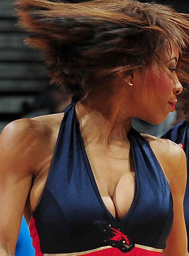 Las cheerleaders de los Hawks ayudaron a su equipo a ganar a los Grizzlies.