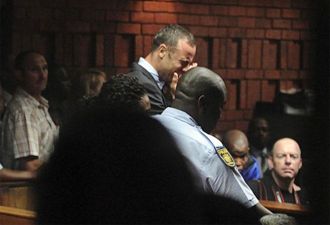 Oscar Pistorius no aguant� el tipo cuando record� como asesin� a su novia. Se derrumb�.