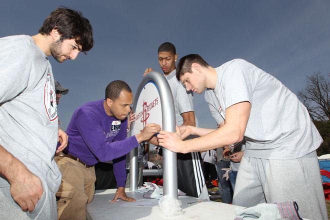 Ricky Rubio, Anthony Davis y Nicola Vucevic participando en el clásico NBA Cares para ayudar a arreglar una zona de juegos infantiles de Houston.