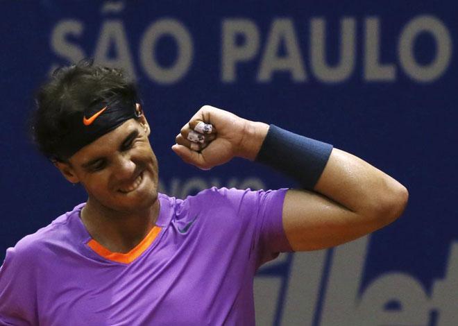 Hacía mucho tiempo que a Nadal no se le veía sonreir en una pista de tenis. Ha tenido que ser en la de Sao Paulo, quizá la que menos se adapta a sus condiciones de juego, donde tras vencer a Nalbandian se le ha visto esbozar la ansiada sonrisa.