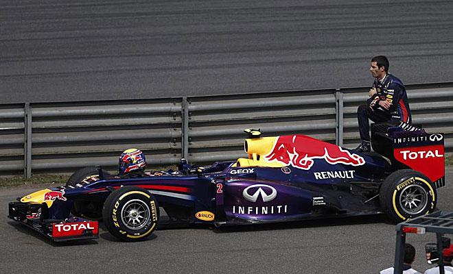 Mark Webber tuvo que detener su coche por un problema de combustible y esper� sentado encima del aler�n a que le recogieran.