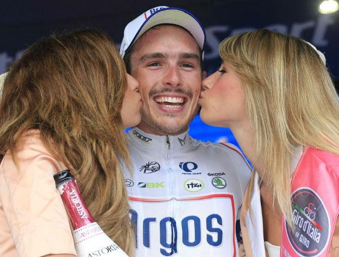 John Degenkolb disfrut� de los besos de las guapas azafatas, los primeros que recibe en un Giro de Italia.