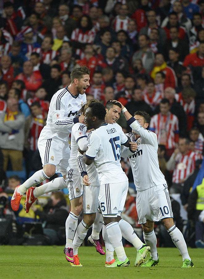Los jugadores del Madrid celebran el 1-0 delante del grueso de los aficionados colchoneros.