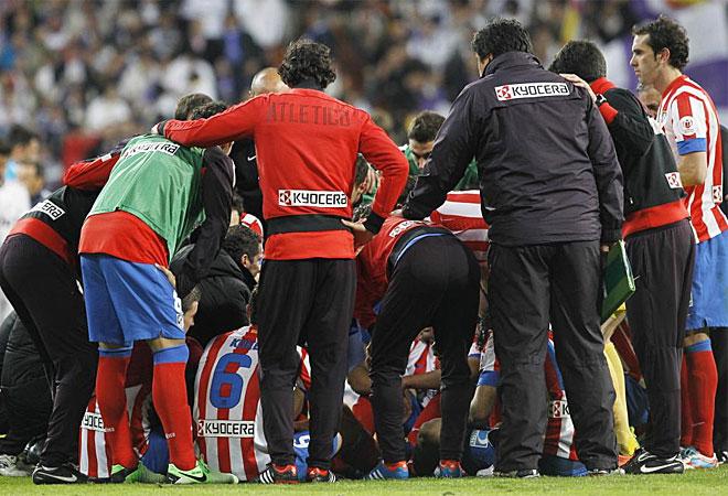Simeone alecciona a sus jugadores antes del comienzo del tiempo extra.