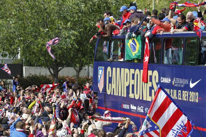 El Atl�tico de Madrid celebra en las calles de la capital su d�cima Copa del Rey, conquistada despu�s de ganar a su eterno rival por vez primera tras 14 a�os.