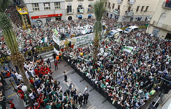 La ciudad de Elche celebr� con su equipo el ascenso a Primera con una fiesta por todo lo alto.