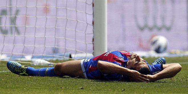 Pedro R�os queda tirado sobre el c�sped tras errar una oportunidad.