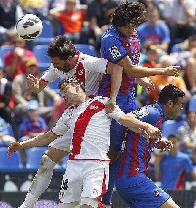 H�ctor Rodas, Iborra, Javi Fuego y Arbilla buscan la pelota en un salto.