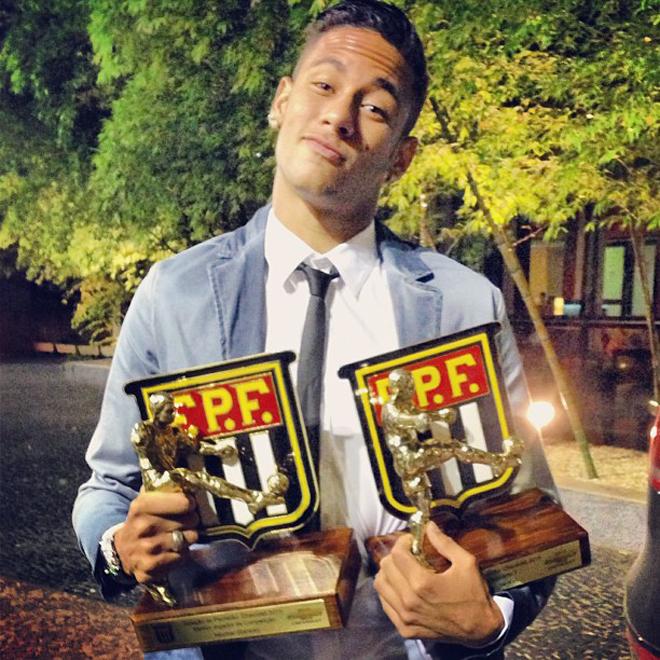 Neymar presume de los galardones personales que consiguió en la última liga de su país.