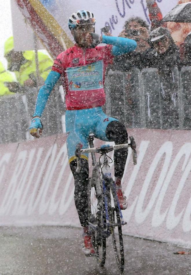 Nibali alz� los brazos de la cima de Lavaredo bajo una impresionante nevada que nos dej� im�genes para el recuerdo.